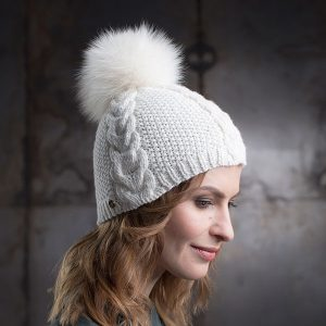 <strong>ANNA</strong><br>Cashmere Hand-Knit Hat With Fur Pom Pom